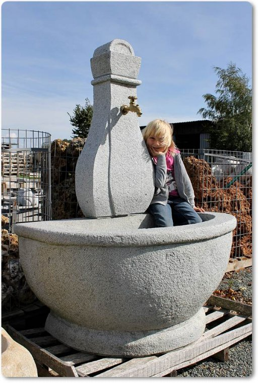 halbrunder granitbrunnen natursteinbrunnen