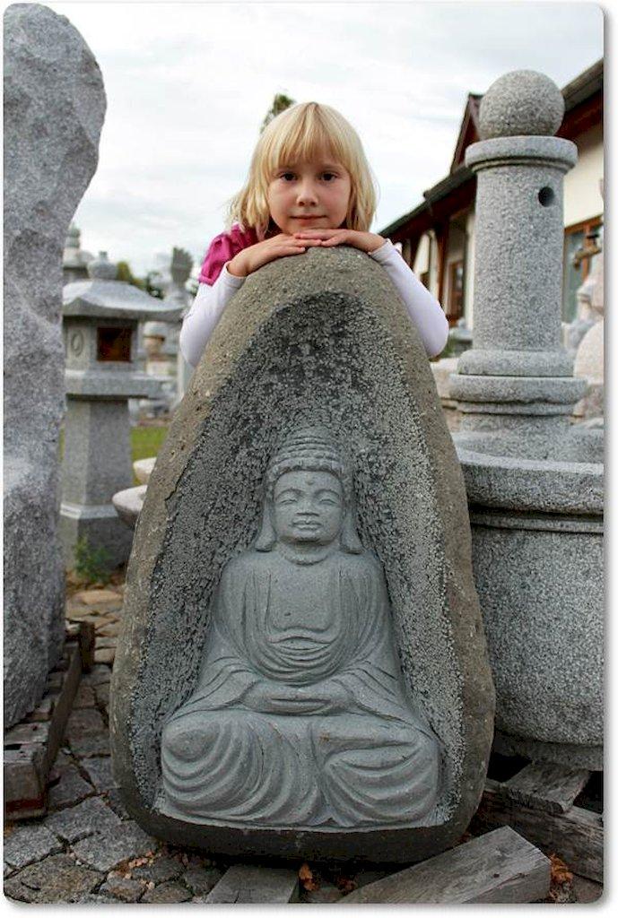 buddha im stein aus einem findling. Black Bedroom Furniture Sets. Home Design Ideas