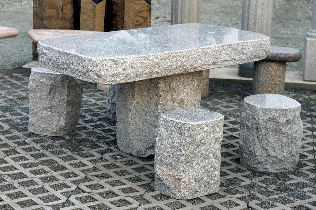 Gartenm bel mit steinhocker aus granit for Tisch aus granit