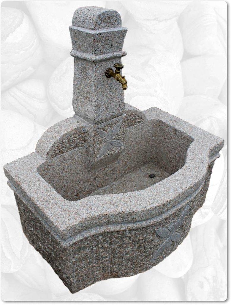grosser granitbrunnen