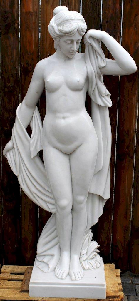 Nackte moderne Skulptur aus weißem Marmor