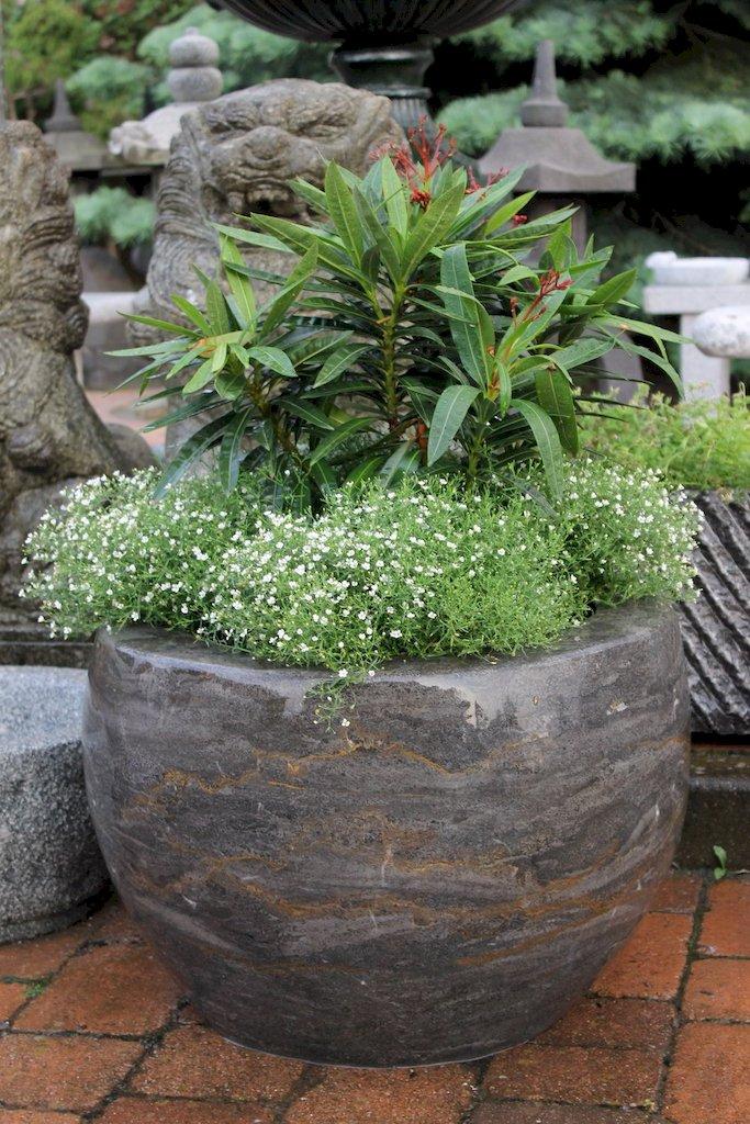Pflanzkübel aus poliertem Kalkstein