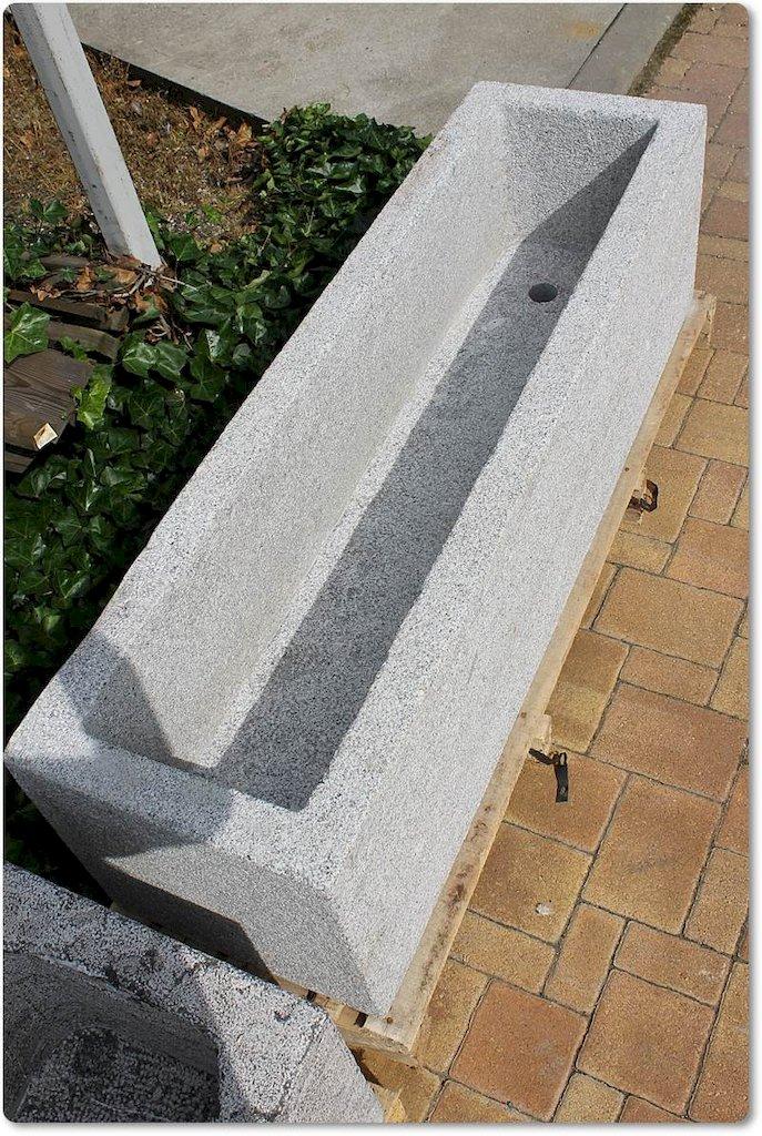 steintr ge aus naturstein granit f r garten. Black Bedroom Furniture Sets. Home Design Ideas